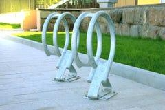 Автостоянка велосипеда на улице Стоковое Фото