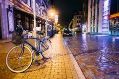 Автостоянка велосипеда велосипеда на улице в городке старой части европейском в лете Стоковые Фото