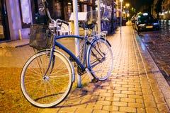 Автостоянка велосипеда велосипеда на улице в городке старой части европейском в лете Стоковые Изображения