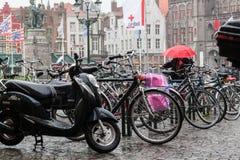 Автостоянка велосипеда в дожде Стоковые Изображения