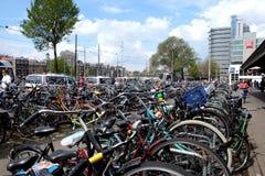 Автостоянка велосипеда в центре Амстердама Стоковые Фотографии RF