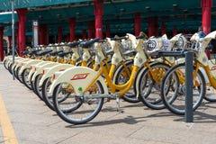 Автостоянка велосипеда на улице в милане Стоковое Изображение RF