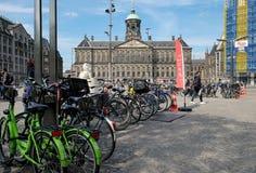 Автостоянка королевского дворца и велосипеда в Амстердаме Стоковые Изображения
