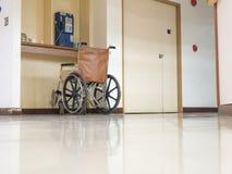 Автостоянка кресло-коляскы в фронте голубого общественного телефона в больнице Кресло-коляска доступная для пожилых людей или бол Стоковые Фотографии RF