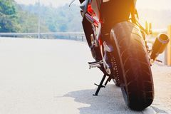Автостоянка мотоцикла на космосе правильной позиции и экземпляра дороги Стоковое Изображение RF