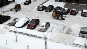 Автостоянка дома блока снега зимы работы экскаватора трактора чистая