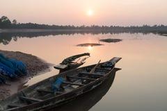 Автостоянка рыбацкой лодки на вечере берега реки заволакивает на заход солнца, Roi Et, Таиланд стоковое изображение rf