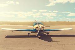 Автостоянка самолета пропеллера на авиапорте Стоковое фото RF