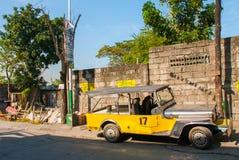 Автостоянка Jeepney на улице в Маниле, Филиппинах Стоковые Изображения