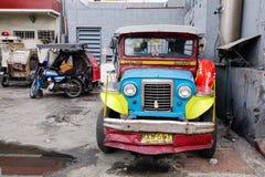 Автостоянка jeepney на улице на EDSA в Маниле, Филиппинах Стоковые Фото