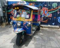Автостоянка tuk Tuk на улице в Бангкоке Стоковые Изображения