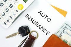 Автострахование с ключом и деньгами автомобиля Стоковые Изображения RF