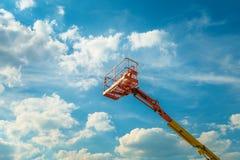Автотелескопическая вышка на предпосылке голубого неба стоковые фото