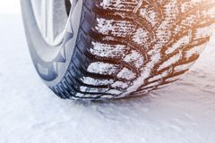 Автошина автомобиля в конце снега вверх по мере того как предпосылка может используемые следы снежка изображения автомобиля Трасс стоковые изображения rf