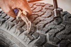Автошина автомобиля прокола стального прута Стоковое Фото