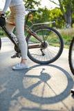 Автошина велосипеда на дороге Стоковая Фотография