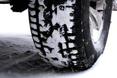 Автошина зимы автомобиля или корабля в снеге на дороге Стоковое Фото