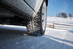 Автошина зимы в снеге стоковое изображение rf