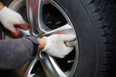 Автошина механика автомобиля изменяя Стоковая Фотография RF