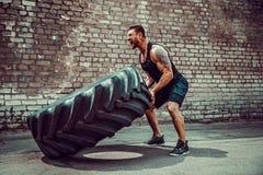 Автошина мышечного человека фитнеса moving большая стоковая фотография rf
