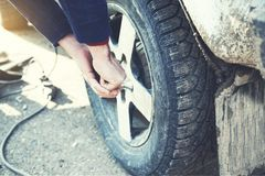 Автошина руки человека для автомобиля стоковые фото
