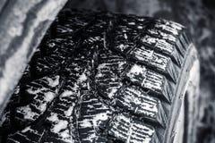 Автошина снега с стержнями металла, колесо автомобиля Стоковая Фотография