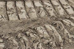 Автошина ATV отслеживает сторону - мимо - встает на сторону в грязи стоковая фотография rf