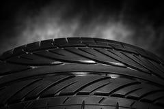Автошины автомобиля на темной предпосылке Стоковые Фото