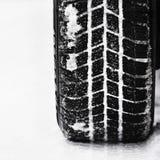 Автошины автомобиля на дороге зимы Предпосылка красивой зимы сезонная Стоковые Изображения