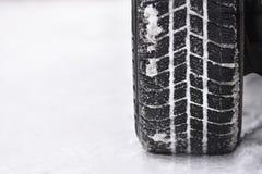 Автошины автомобиля на дороге зимы Предпосылка красивой зимы сезонная Стоковые Фото