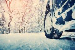 Автошины автомобиля на дороге зимы Стоковая Фотография