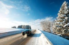Автошины автомобиля на дороге зимы Стоковые Изображения