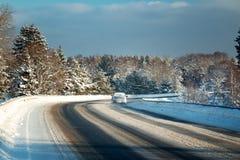 Автошины автомобиля на дороге зимы Стоковое Изображение
