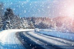 Автошины автомобиля на дороге зимы Стоковая Фотография RF