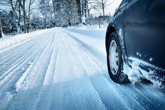 Автошины автомобиля на дороге зимы Стоковое фото RF