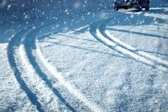 Автошины автомобиля на дороге зимы Стоковые Фото