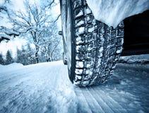 Автошины автомобиля на дороге зимы Стоковые Фотографии RF