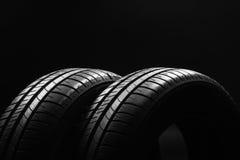 Автошины автомобиля топлива лета эффективные на черной предпосылке Стоковое Изображение RF