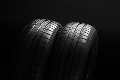 Автошины автомобиля топлива лета эффективные на черной предпосылке Стоковое фото RF
