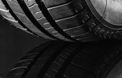 Автошины автомобиля топлива лета эффективные на черной предпосылке Стоковые Изображения RF