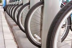 Автошины велосипеда выровняны вверх в равномерной строке Стоковое Изображение