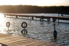 Автошины для зачаливания шлюпки на трубах в воде Стоковые Фотографии RF