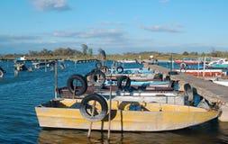 Автошины для зачаливания шлюпки на трубах в воде Стоковая Фотография