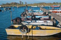 Автошины для зачаливания шлюпки на трубах в воде Стоковые Фото