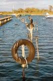 Автошины для зачаливания шлюпки на трубах в воде Стоковое Фото