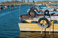 Автошины для зачаливания шлюпки на трубах в воде Стоковое фото RF