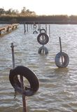 Автошины для зачаливания шлюпки на трубах в воде Стоковые Изображения