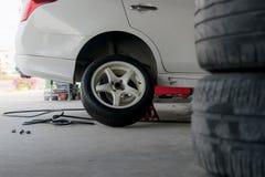 Автошины изменения автошины автомобиля Стоковая Фотография RF