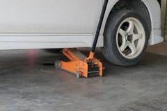 Автошины изменения автошины автомобиля Стоковое Фото