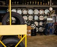 Автошины и колеса показаны перед магазином Стоковые Фотографии RF